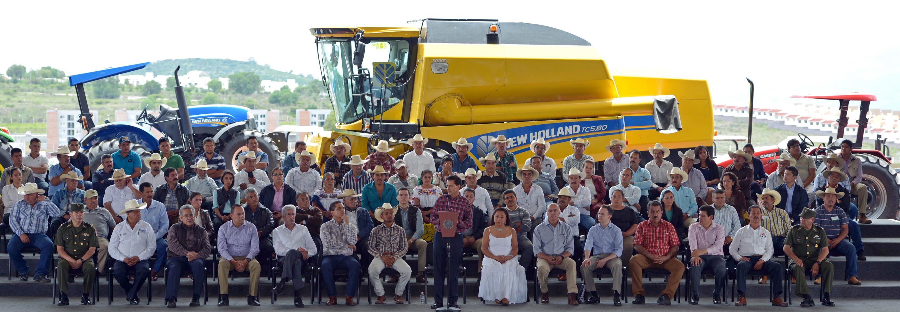 """""""Hoy llevamos casi ocho mil tractores entregados en todo el país en este esquema, bajo el cual estamos entregando tractores el día de hoy"""": EPN"""