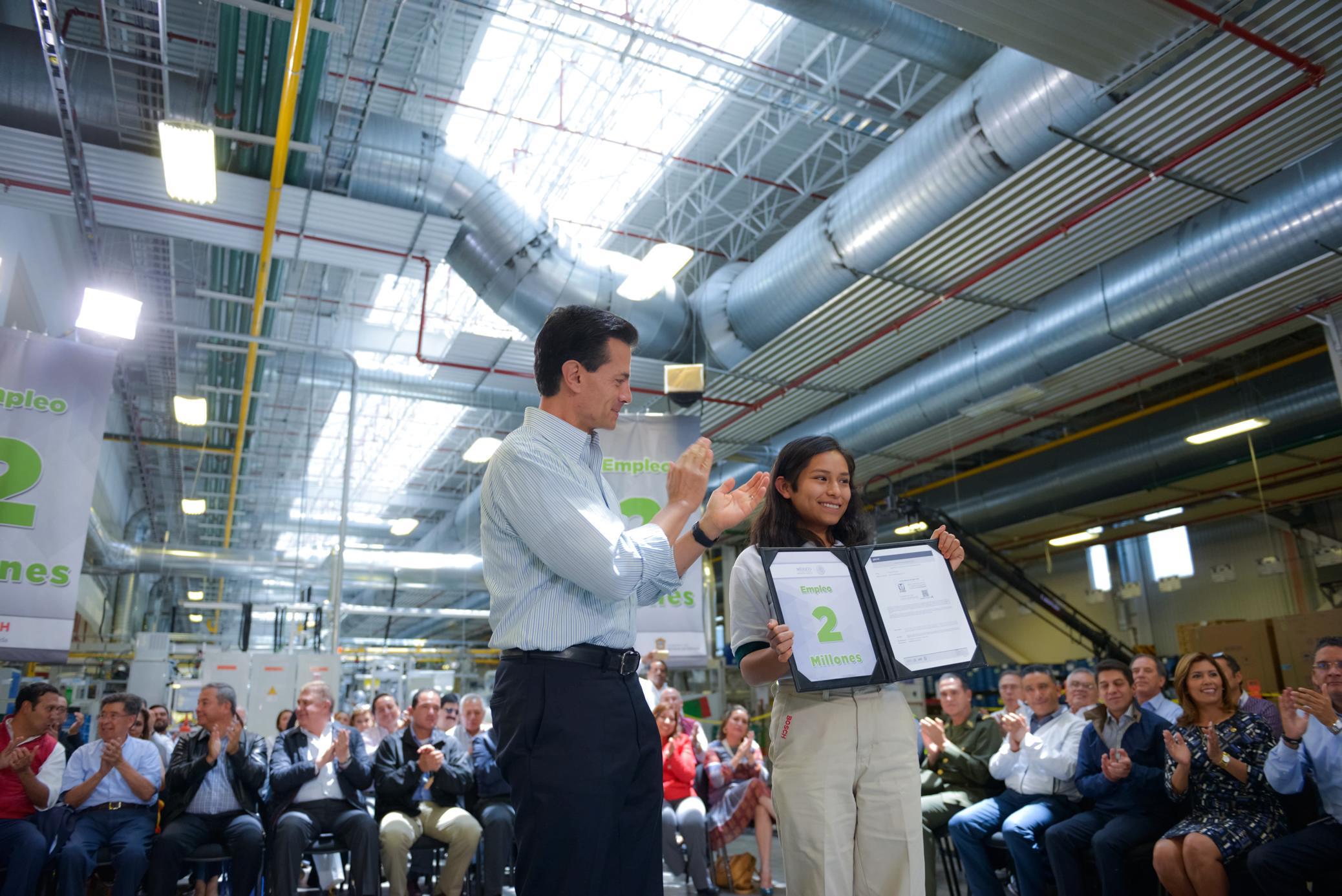 El Primer Mandatario entrega a Lizeth Alarcón García un certificado por registrarse como el empleo 2 millones de la actual administración.