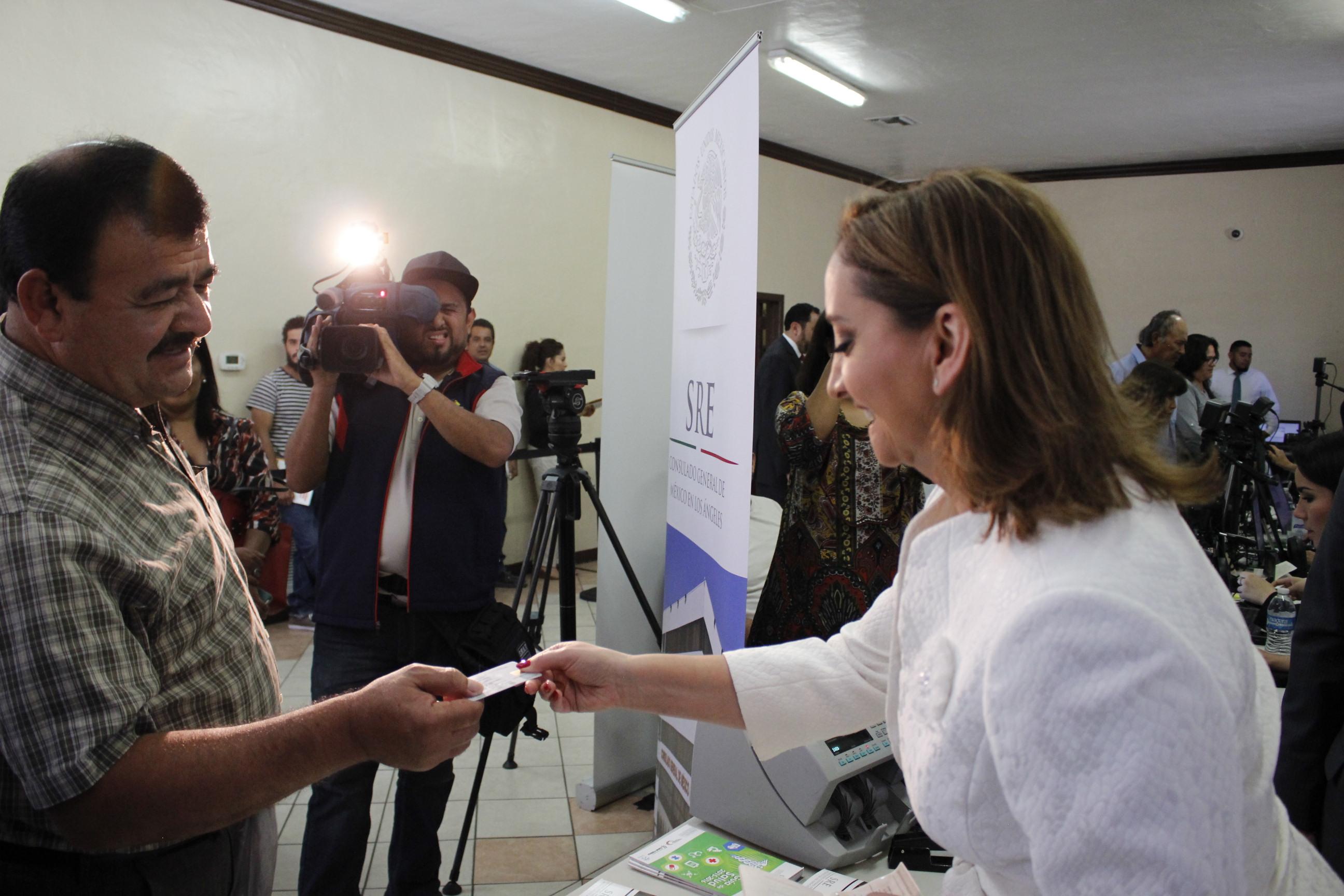 La Canciller Ruiz Massieu conversa con uno de los usuarios del programa Consulados Sobre Ruedas en Los Ángeles, California.