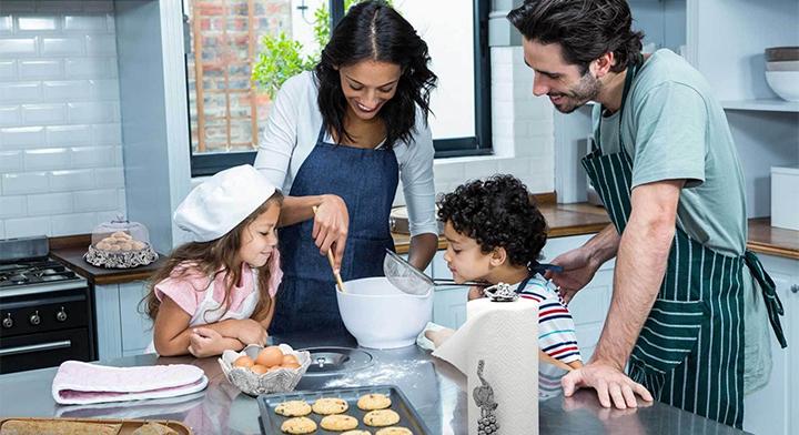Un hombre y una mujer participan de manera igualitaria en tareas domésticas.