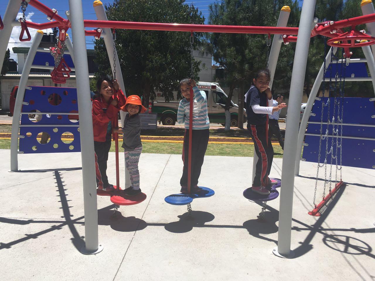 Los parques públicos remodelados y limpios con niños jugando.