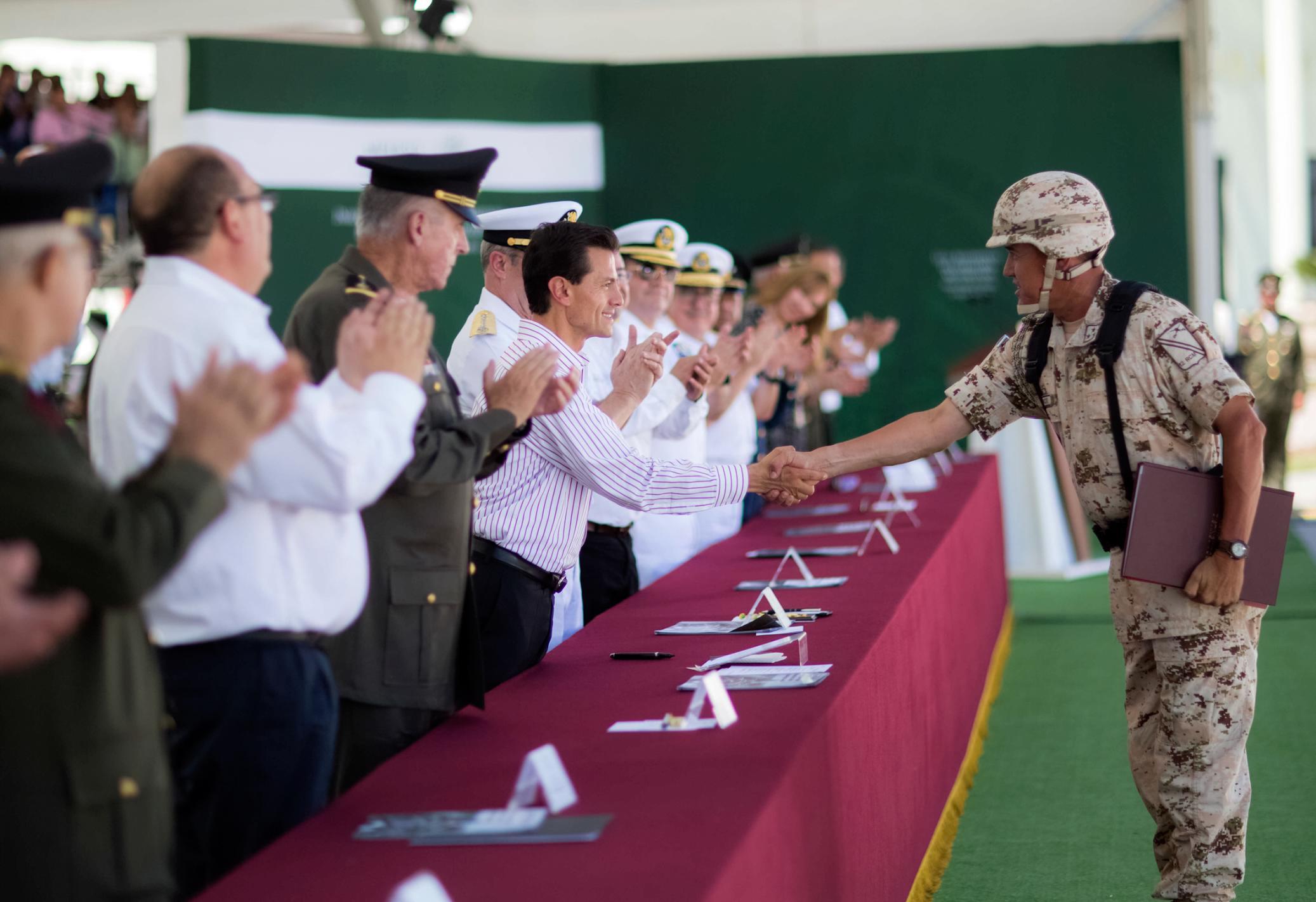 El Primer Mandatario saluda a los asistentes al evento de inauguración de las instalaciones del 12º Regimiento de Caballería Motorizado y su Unidad Habitacional Militar.