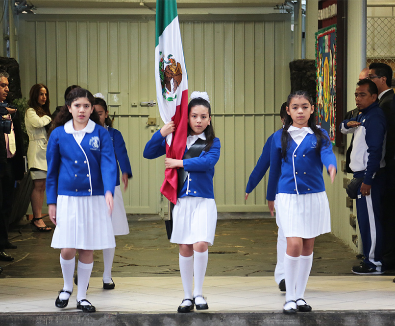 """Escolta de la Escuela Primaria """"Mi Patria es Primero""""."""