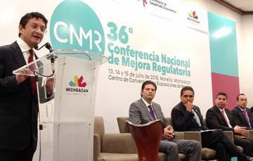 Secretario Virgilio Andrade dando mensaje en su participación en la 36 Conferencia de Mejora Regulatoria, al fondo 5 hombres más sentados en el panel