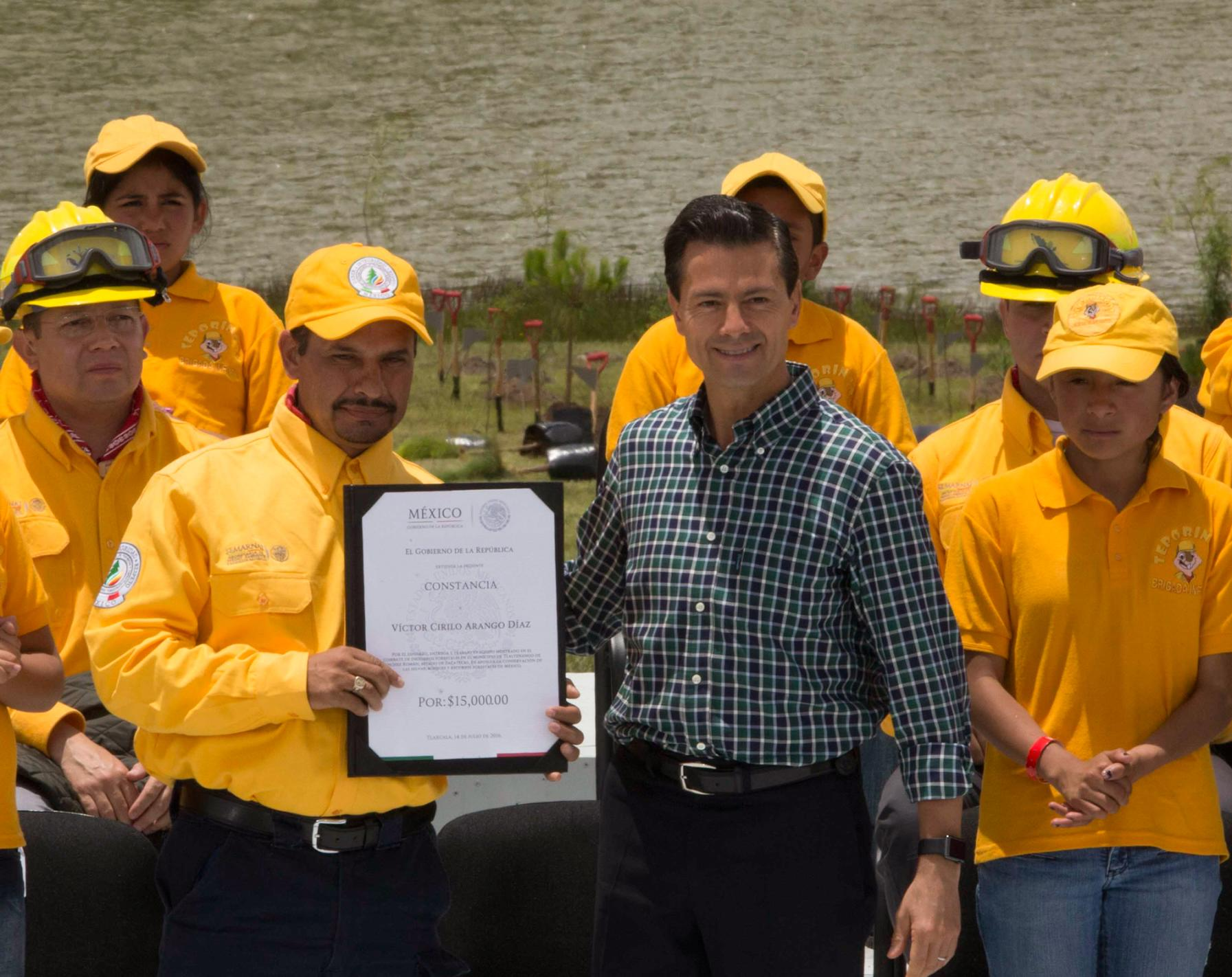 El Primer Mandatario entregó el Premio Nacional al Mérito Forestal en nueve categorías y reconocimientos a combatientes de incendios forestales y a técnicos especializados en manejo del fuego.