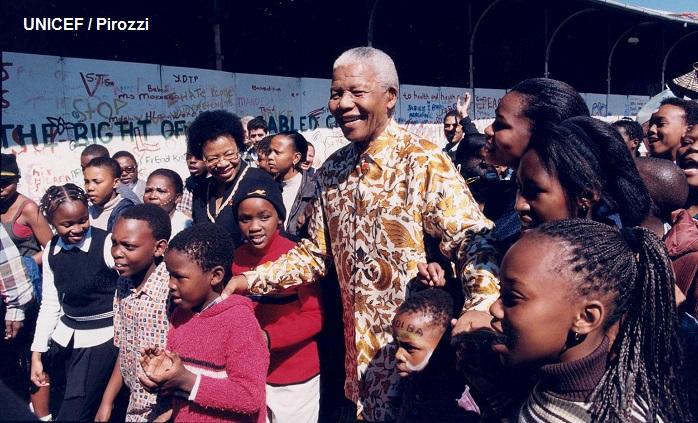 Nelson Mandela convivía con niñas y niños sudafricanos, siempre sonriente.