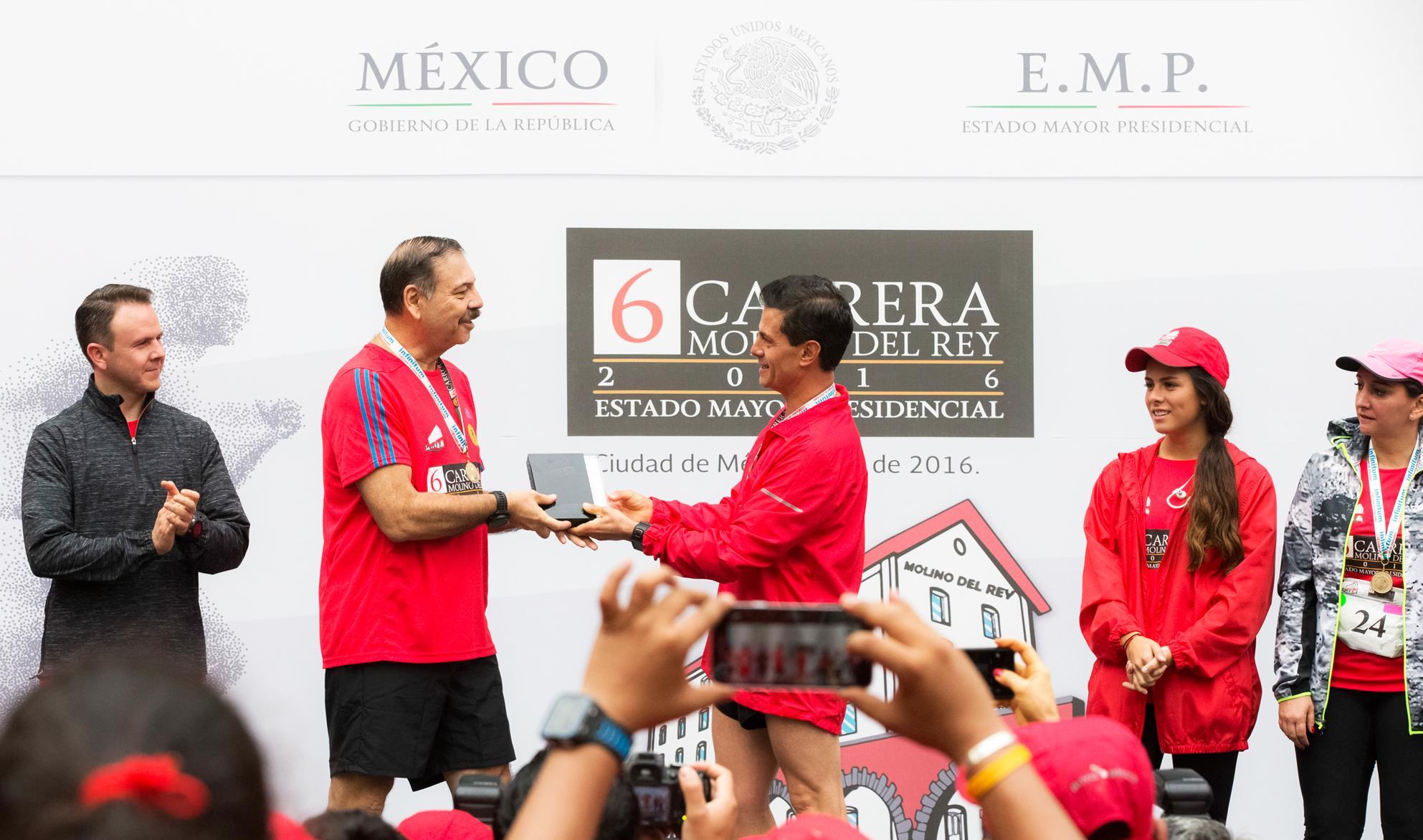 El Primer Mandatario entregó premios a los primeros lugares de las carreras de cinco y diez kilómetros