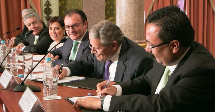 El Secretario de Hacienda. Luis Videgaray, atestiguó la firma de convenio entre el Registro Único de Vivienda y la Asociación de Bancos de México
