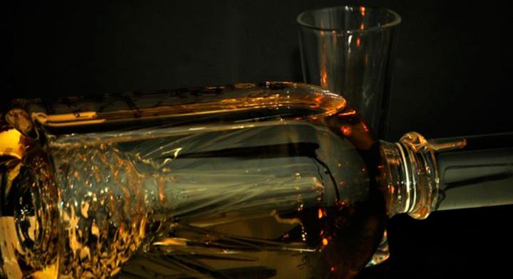 Botella de tequila y caballito