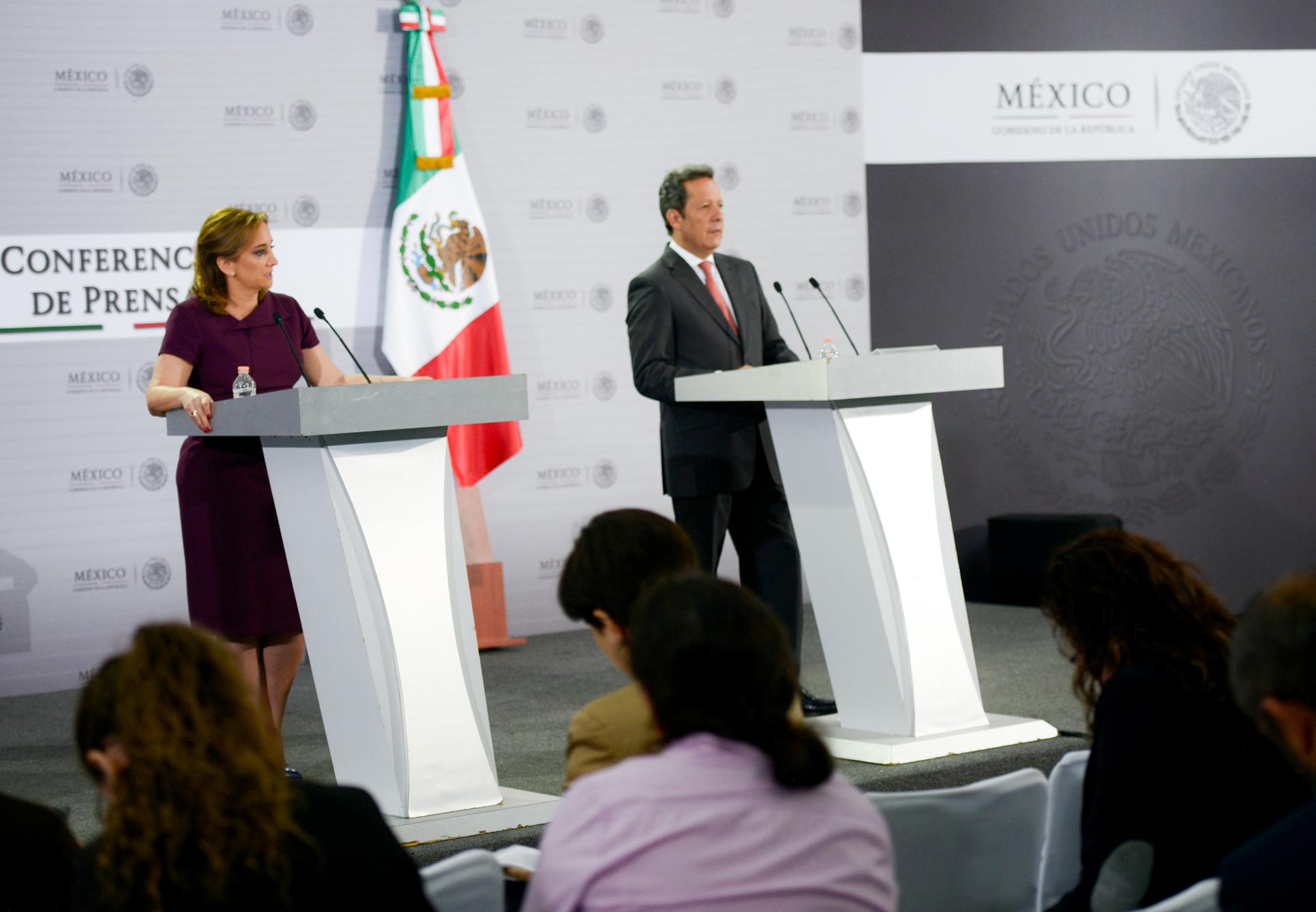 Eduardo Sánchez Hernández y la Canciller Claudia Ruiz Massieu, en Conferencia de Prensa, en la Residencia Oficial de Los Pinos.