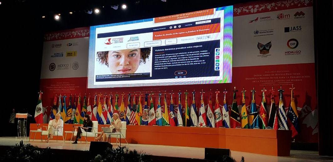 Fotografía de las mujeres participantes en la  Conferencia inaugural