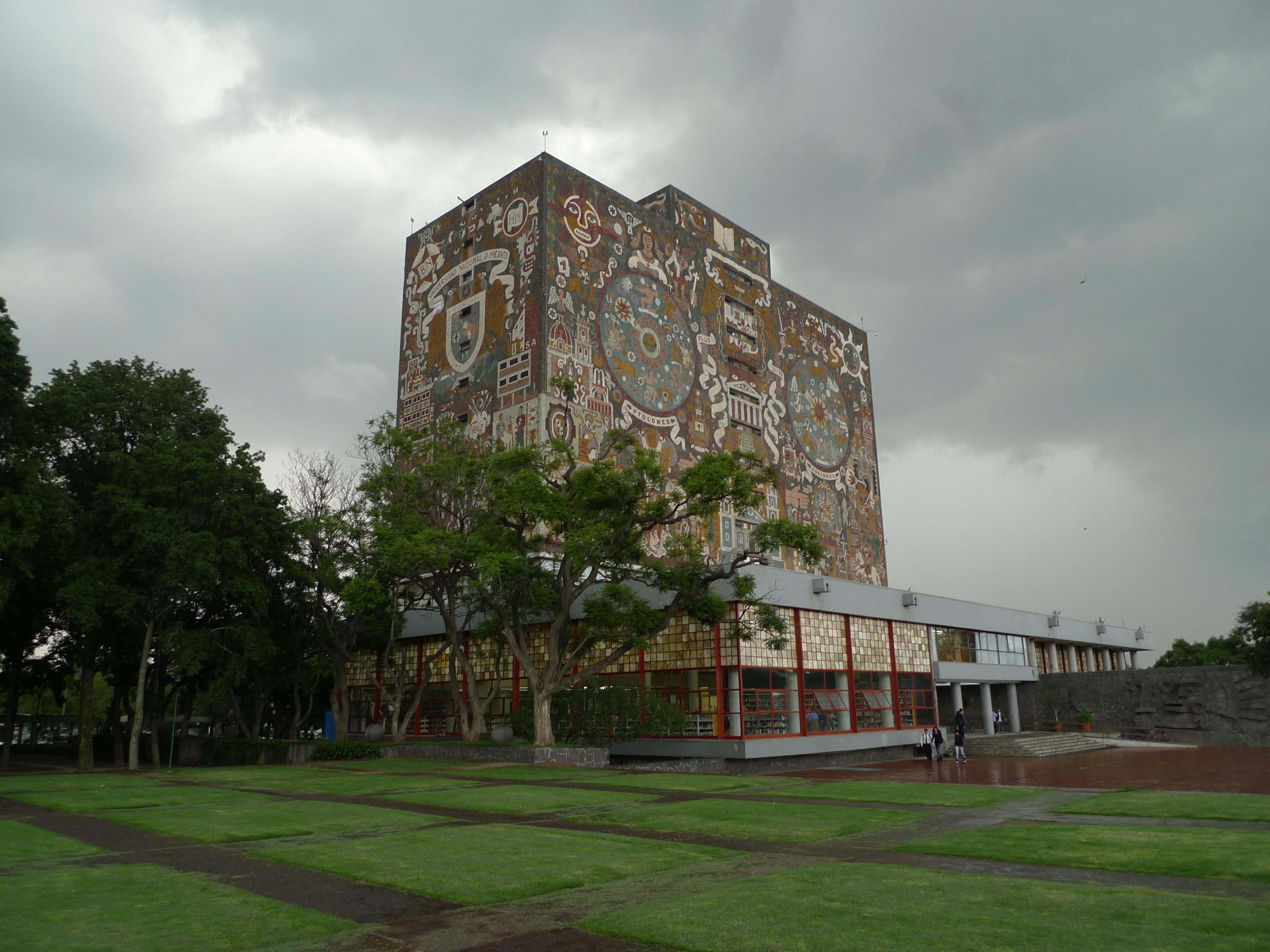 Vista de la Biblioteca Central de la Ciudad Universitaria en la UNAM.