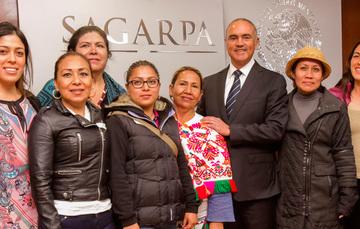 Secretario José Calzada y mujeres emprendedoras