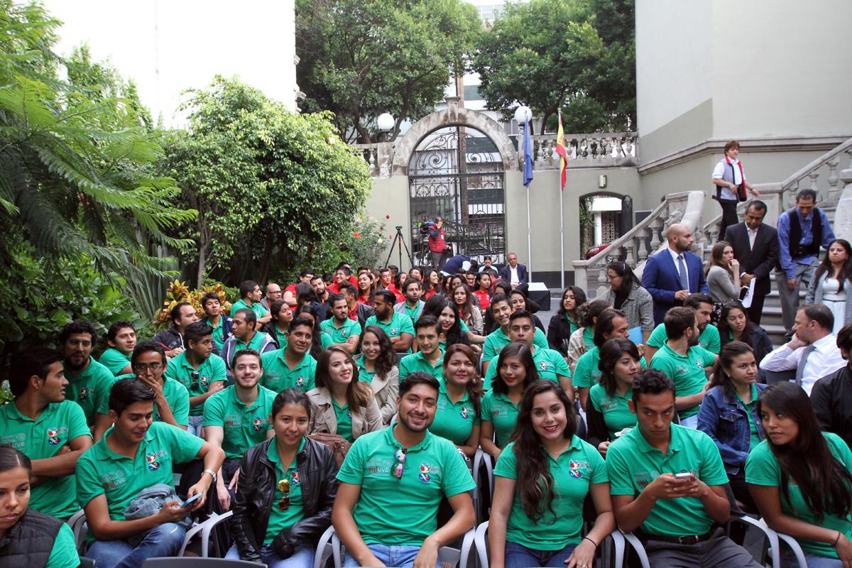 """Jóvenes estudiantes que se dieron cita a la Clausura del programa  """"Rumbo Joven SPAMEX"""", que se realizó en la Consejería de Educación de la Embajada de España en México."""