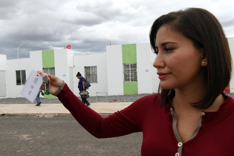 """La beneficiaria Ana Karina Tapia, muestra las llaves de su nueva casa que obtuvo gracias al programa """"Vivienda Joven, Mi Primera Vivienda""""."""