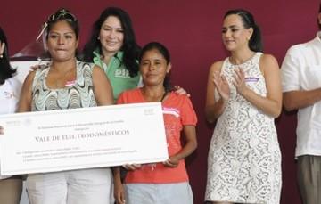 Entrega DIF Nacional apoyos a familias afectadas por los fenómenos Ingrid y Manuel