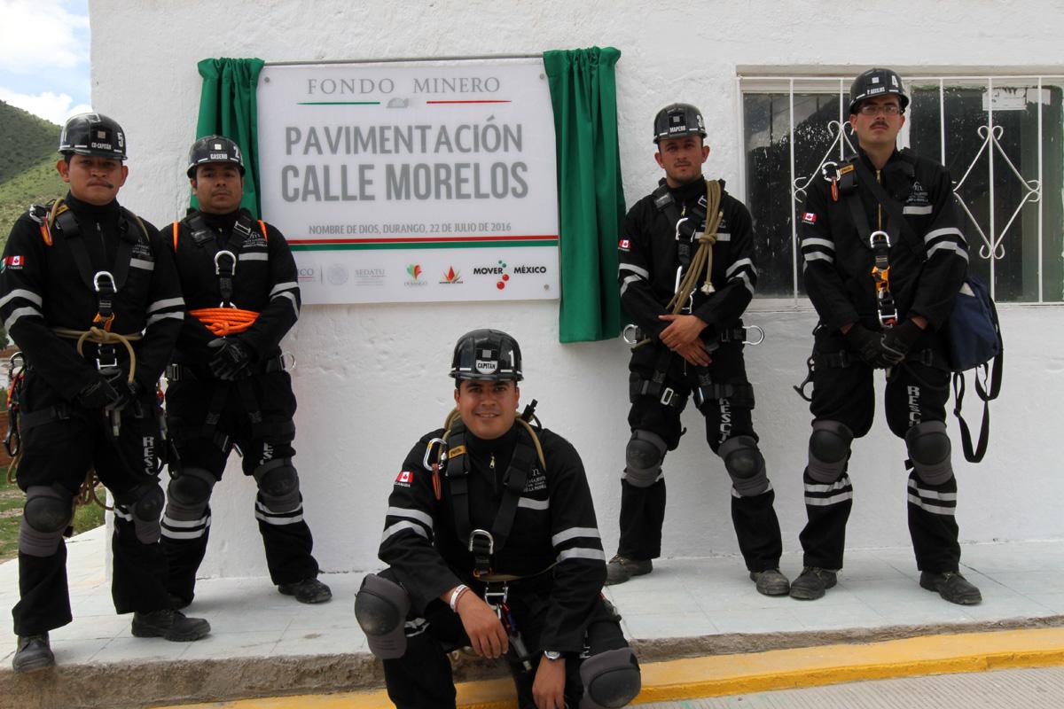 Bomberos de la colonia Nombre de Dios, Durango posando frente a la placa conmemorativa de renovación de la calle Morelos.