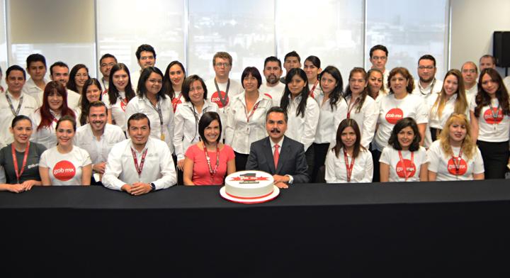 Personas del equipo de trabajo de gob.mx celebrando su primer aniversario