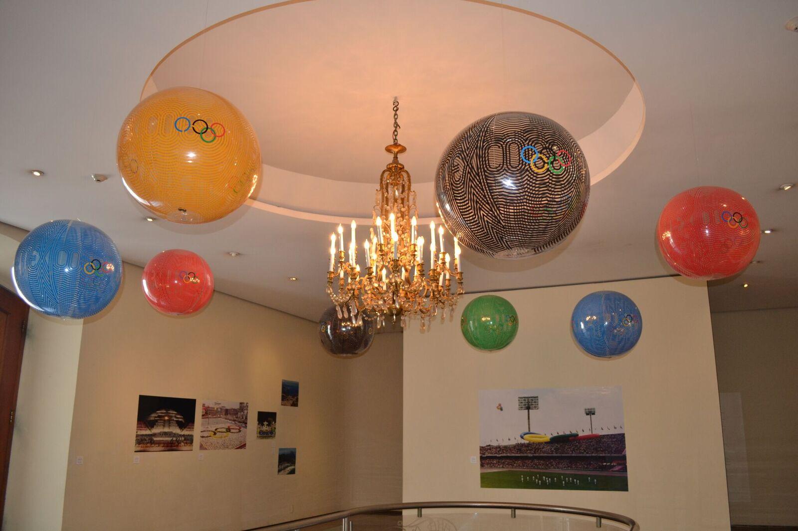 Globos con el diseño de los Juegos Olímpicos de México 68 en la Casa de México en Río de Janeiro.