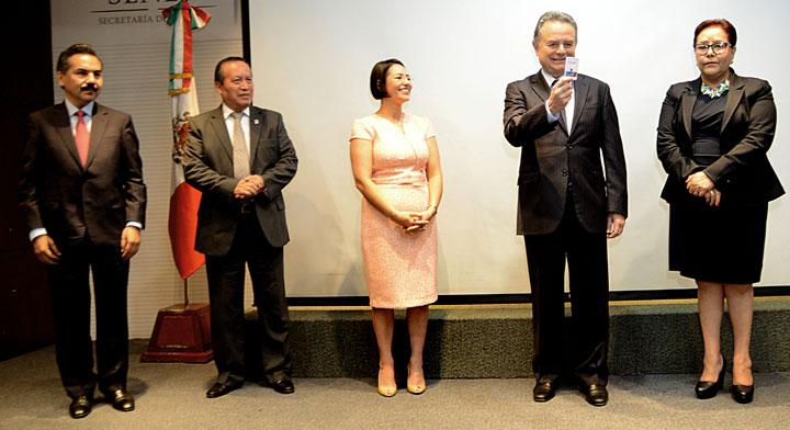 Javier Vargas encargado del despacho de la SFP entrega USB al Secretario de Energia Pedro Joaquín Coldwell mientras lo observan 3 funcionarios más