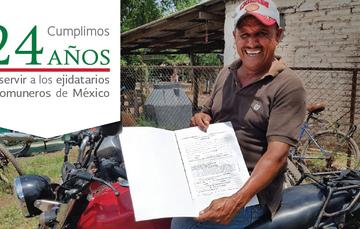 Sujeto agrario mostrando el documento recibido. Cumplimos 24 años