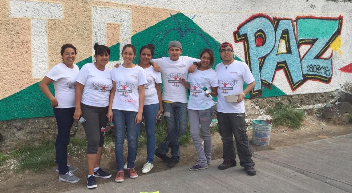 Imagen de jóvenes frente a un mural