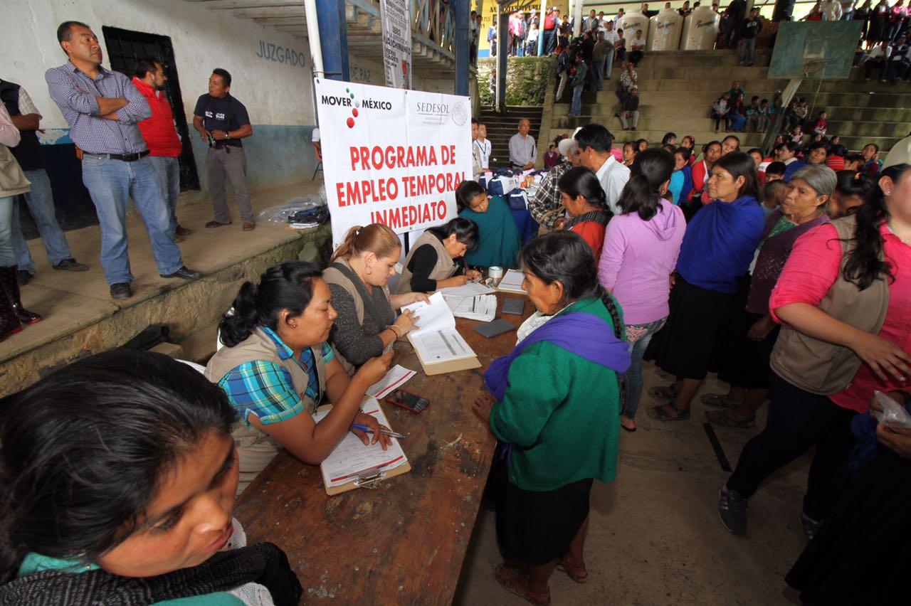 Personas recibiendo sus tarjetas.