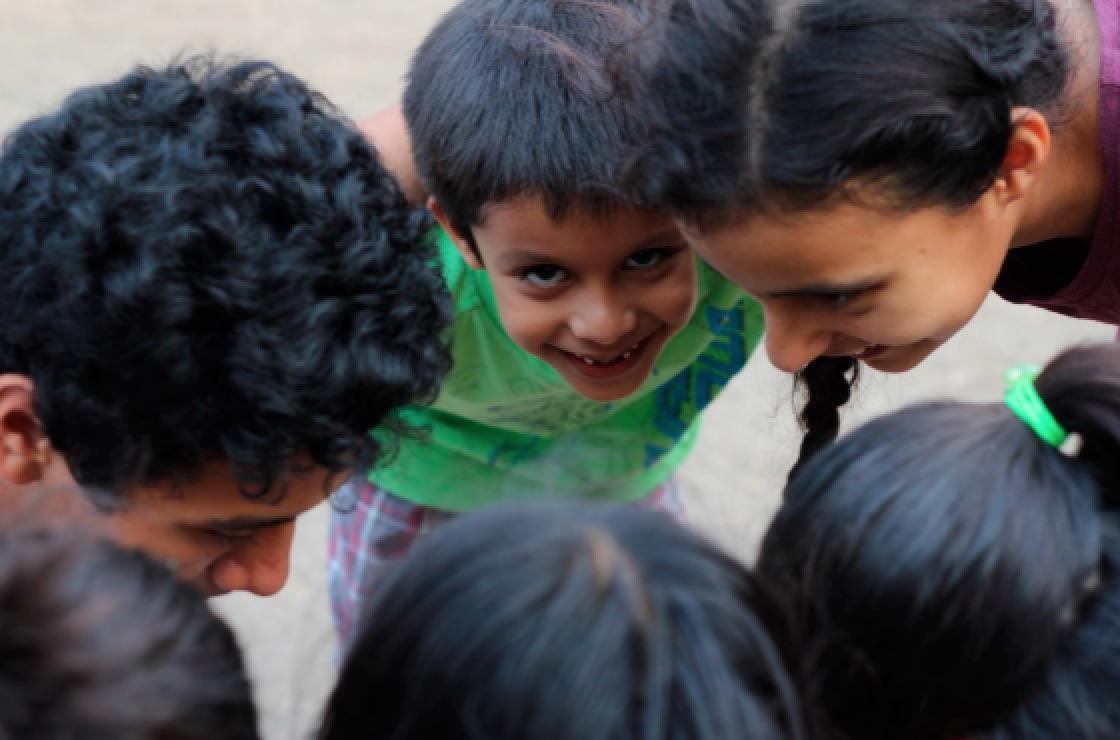 Fotografía de niñas y niños sonriendo