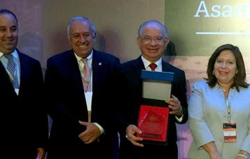 Lic. Cano Vélez recibe premio en Brasil por el Programa Eco-Casa de  SHF
