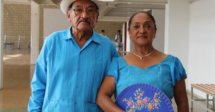 Una pareja de adultos mayores listos para una celebración