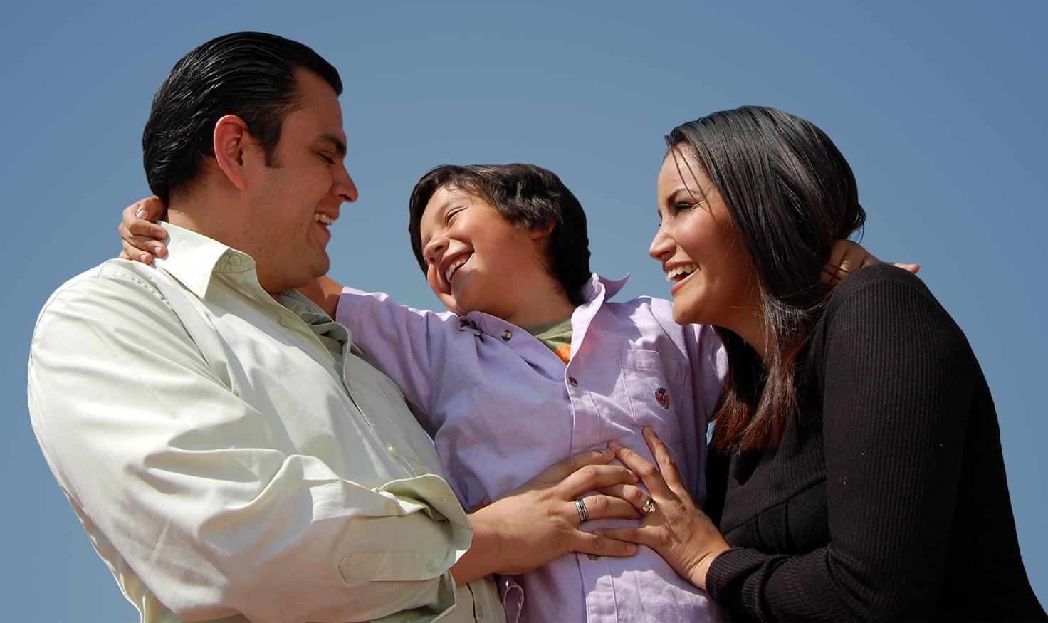 Una familia abrazándose, mamá, papá e hijo