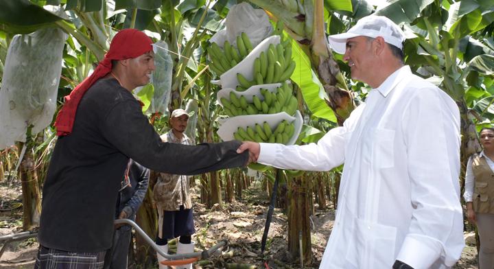 José Calzada dando la mano a un productor