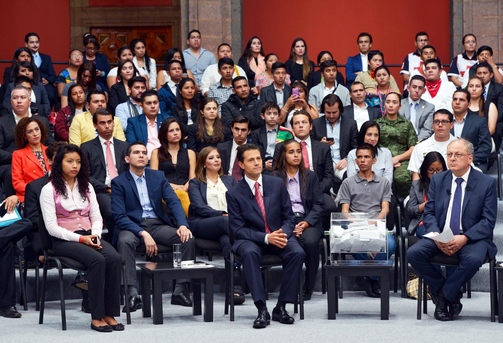 El Presidente de la República, atendió preguntas de jóvenes de todo el país.