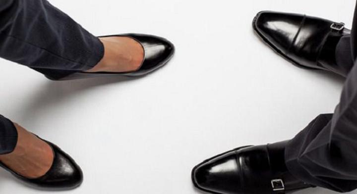 pies con zapatos de una mujer y un hombre