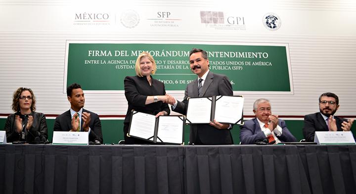Foto oficial mostrando documentos firmados