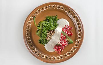 Los chiles en nogada son una obra maestra de la cocina mexicana que promueve el nacionalismo en nuestro país mediante la celebración e historia que giran en torno a este platillo