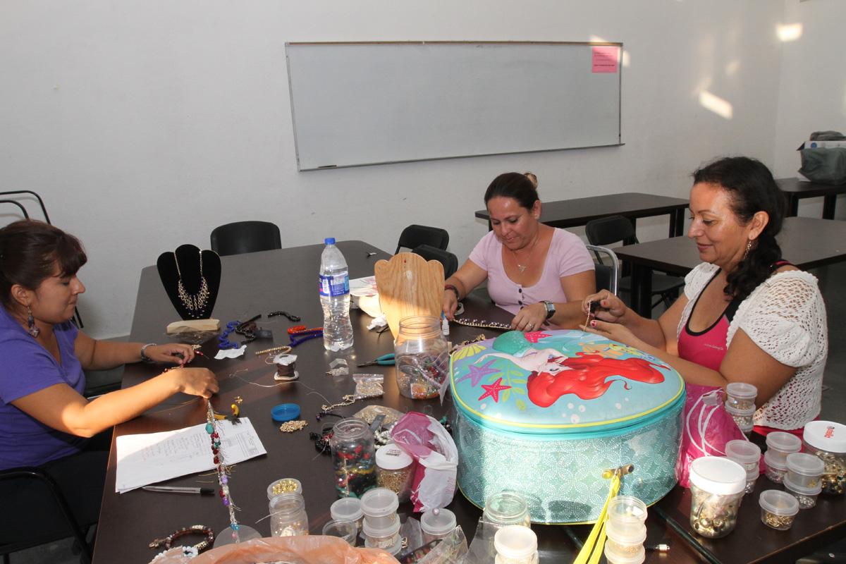 """Mujeres realizan distintas actividades culinarias, artísticas y culturales, mientras que sus hijos toman cursos y talleres en el Macrocentro Comunitario Cultural y Deportivo """"San Bernabé"""", ubicado en Monterrey, Nuevo León."""