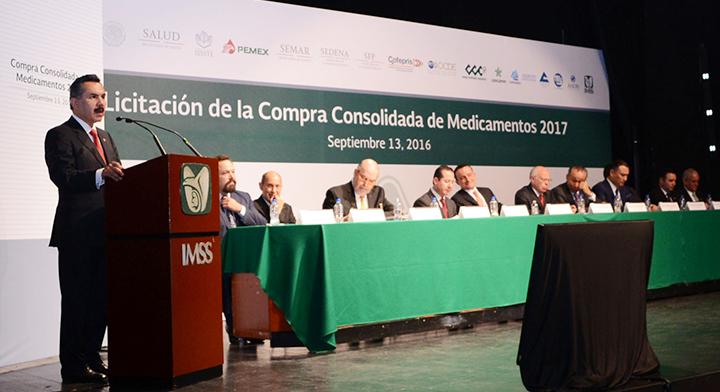 Subsecretario Javier Vargas, dando su mensaje, en el fondo miembros del presidium