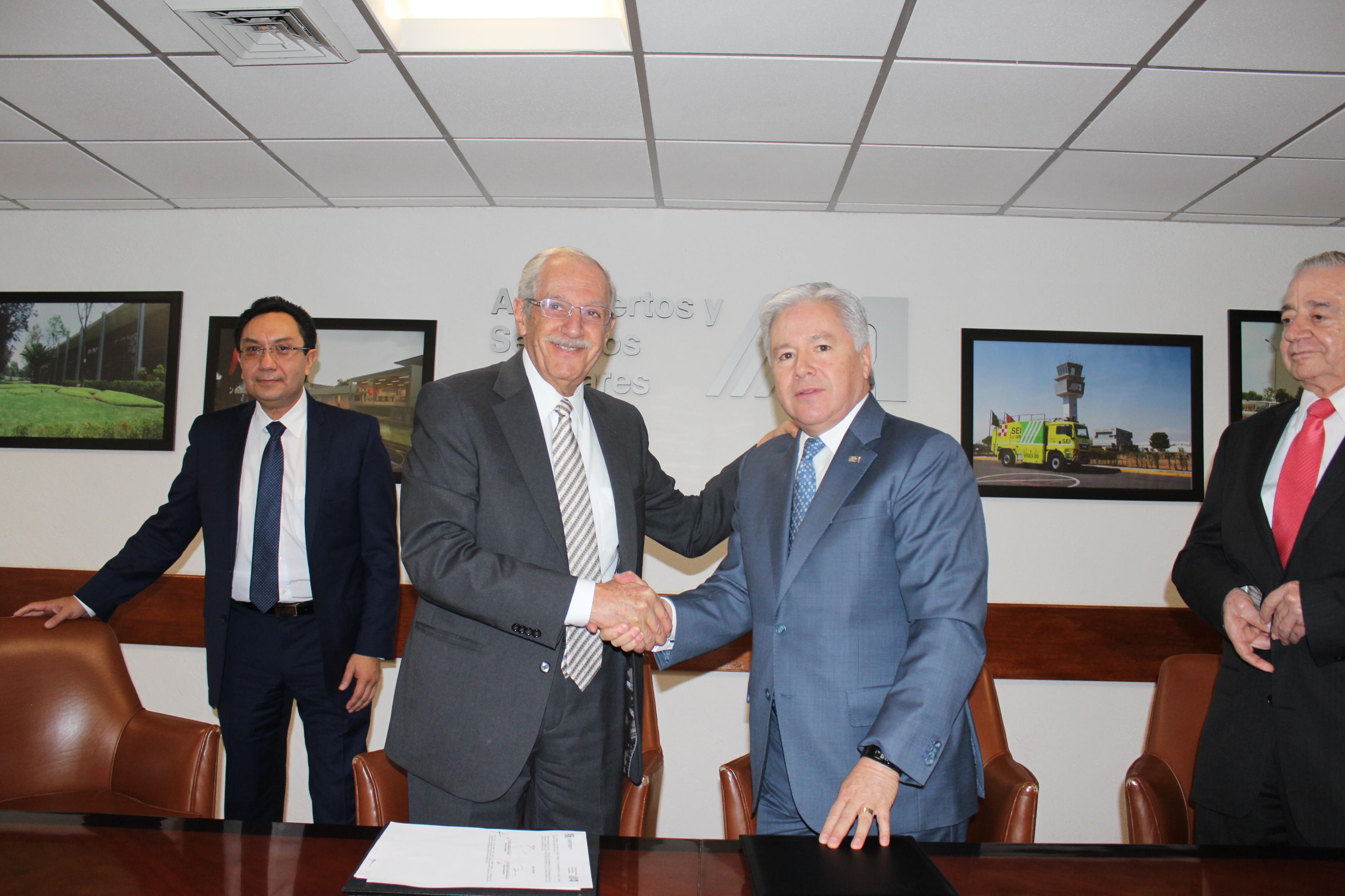Alfonso Sarabia de la Garza, Director General de Aeropuertos y Servicios Auxiliares (ASA), y Roberto Kobeh González, Director General de Servicios a la Navegación en el Espacio Aéreo Mexicano (SENEAM), firmaron un convenio de colaboración