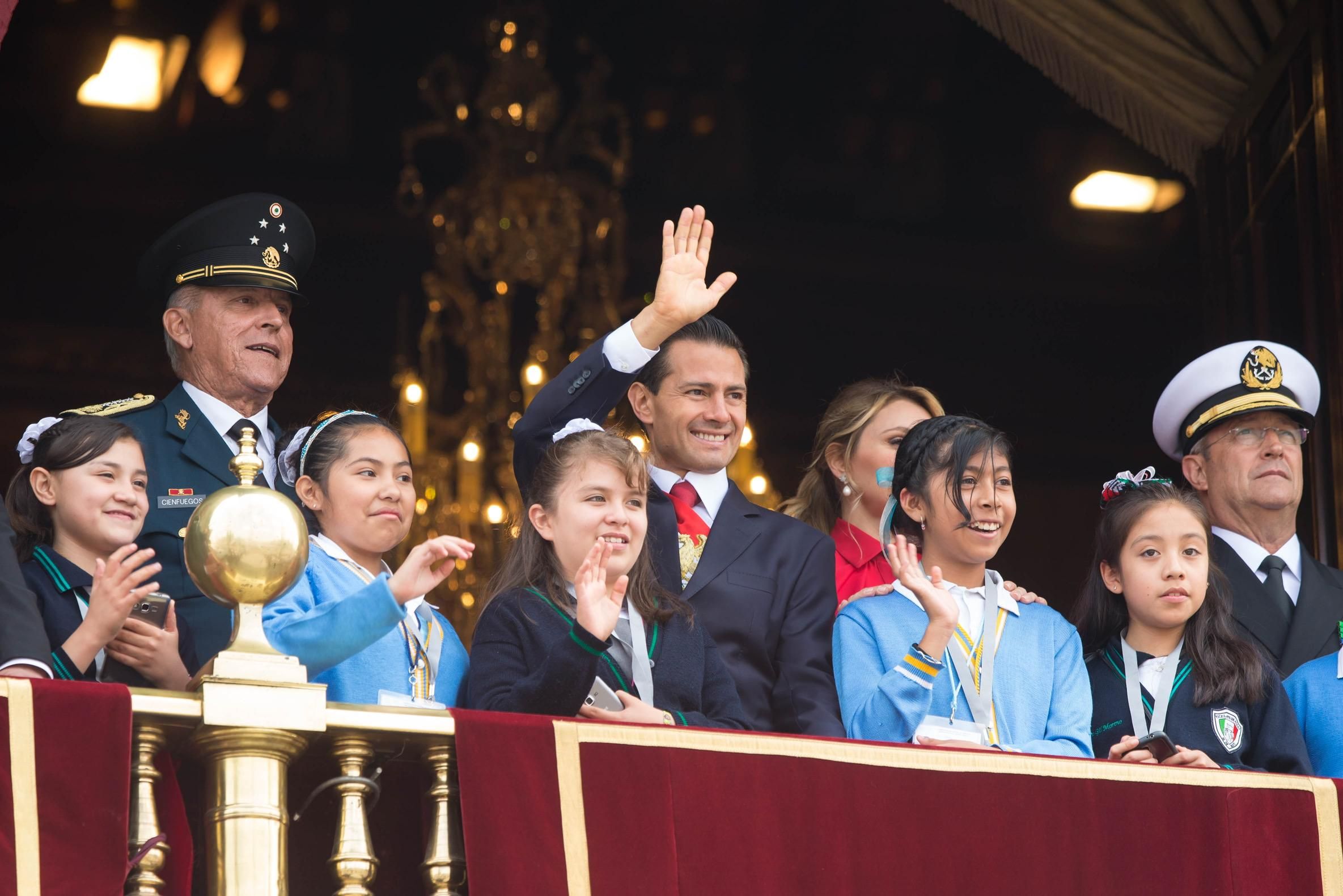 Desde el Balcón Central del Palacio Nacional, el Titular del Ejecutivo Federal presenció el Desfile Militar acompañado por su esposa, la señora Angélica Rivera de Peña.