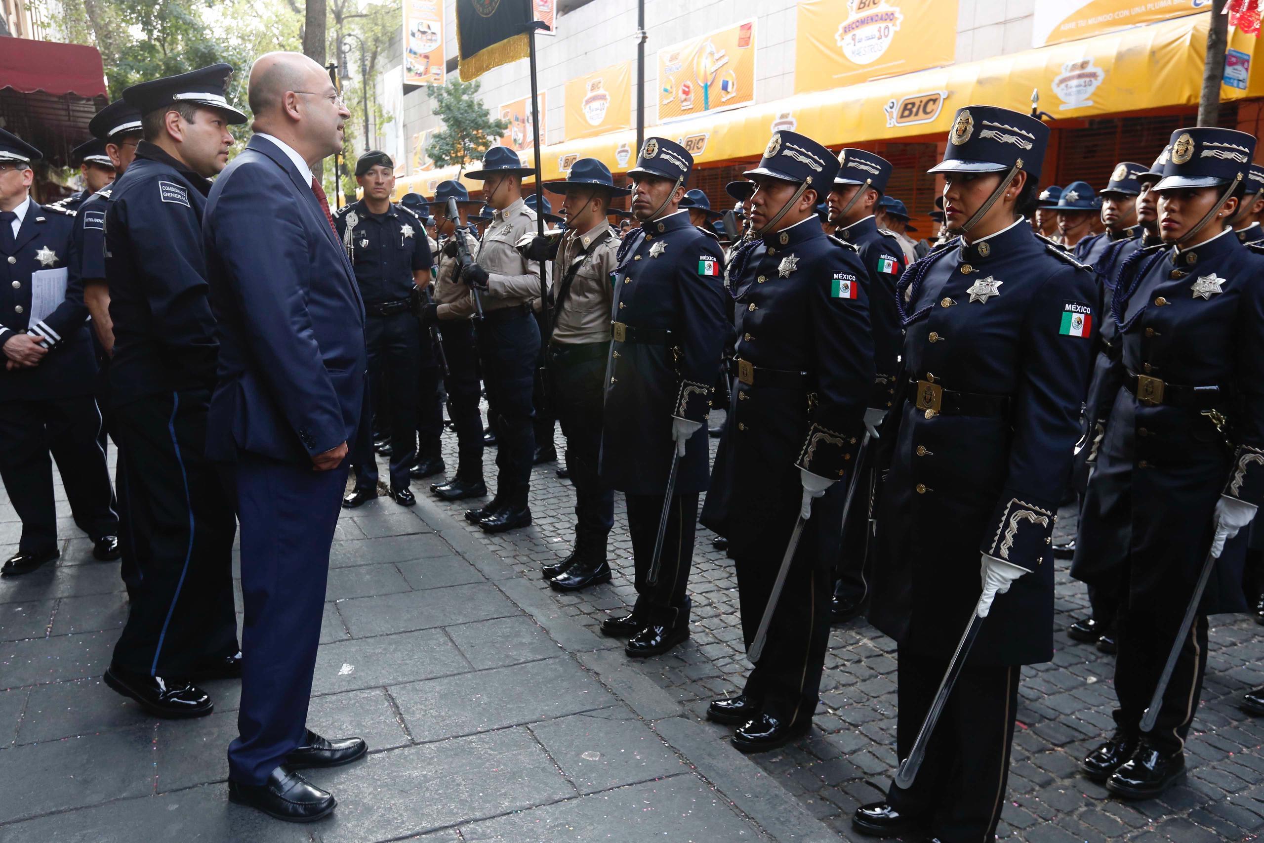 Los mandos de la CNS y Policía Federal asistieron al pase de revista de los elementos que participaron en el desfile