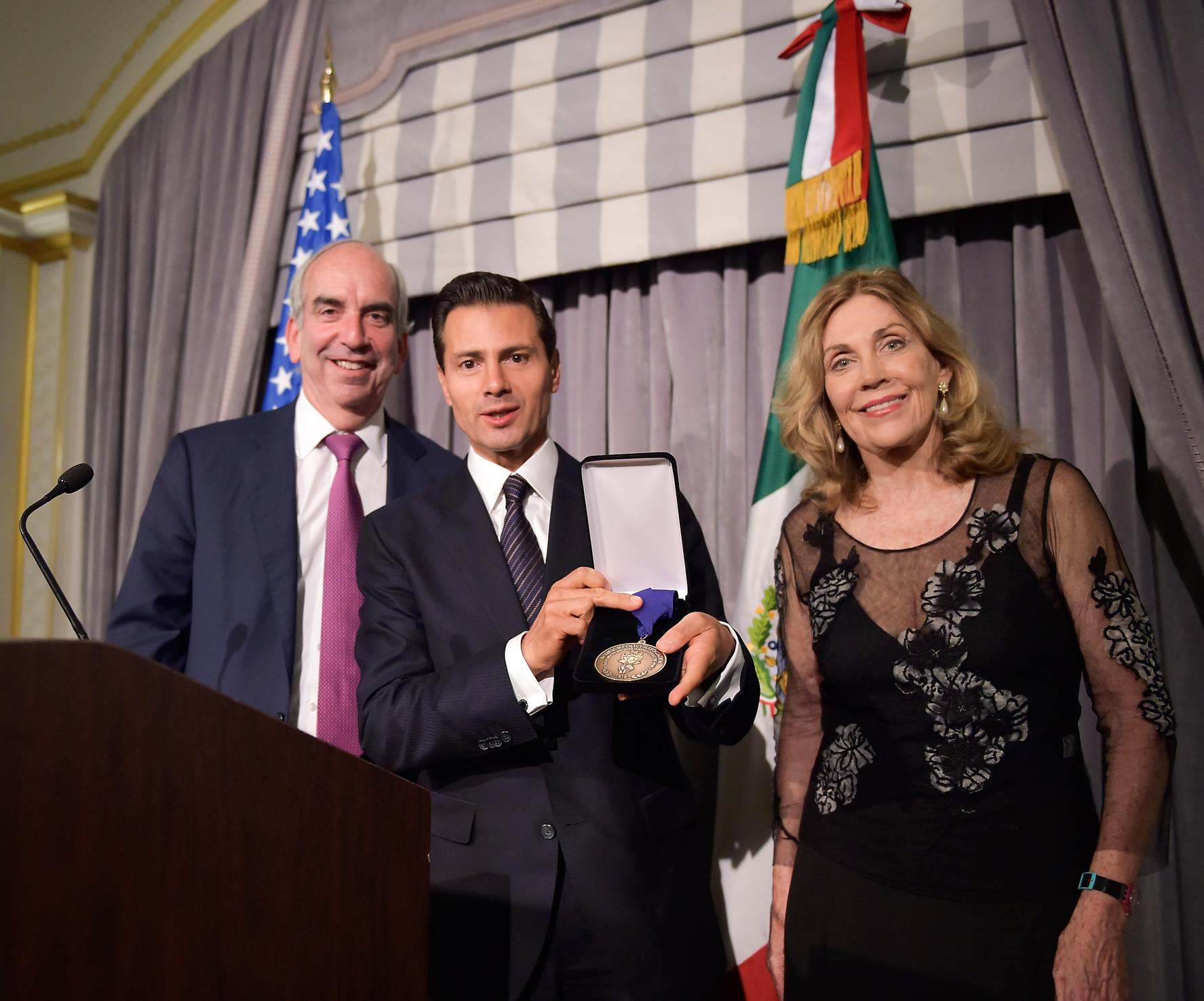 El galardón otorgado al Presidente Peña Nieto se confiere a los Jefes de Estado o de Gobierno que trabajan en el mejoramiento de relaciones internacionales responsables.