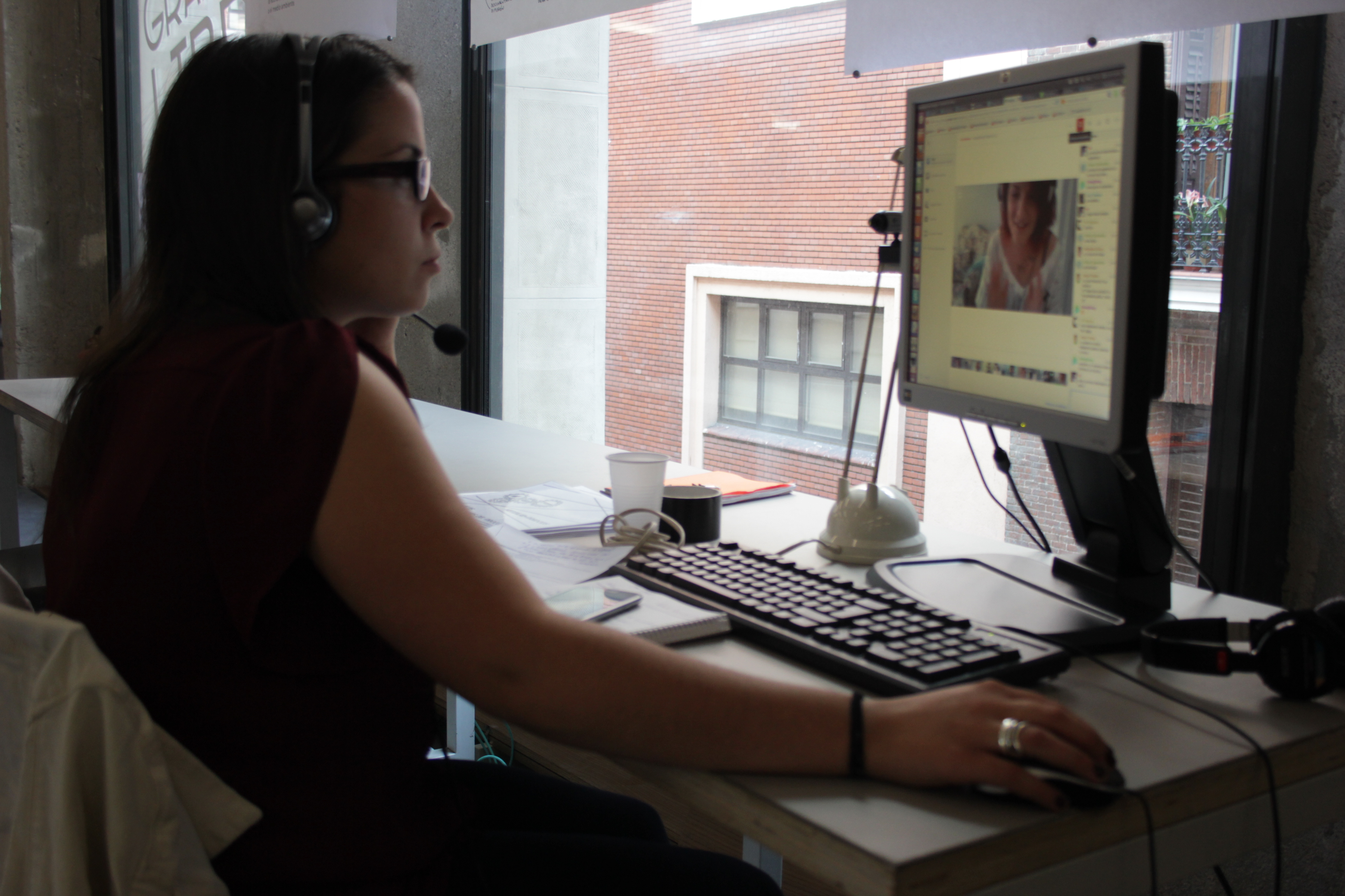 Una chica mira un monitor.