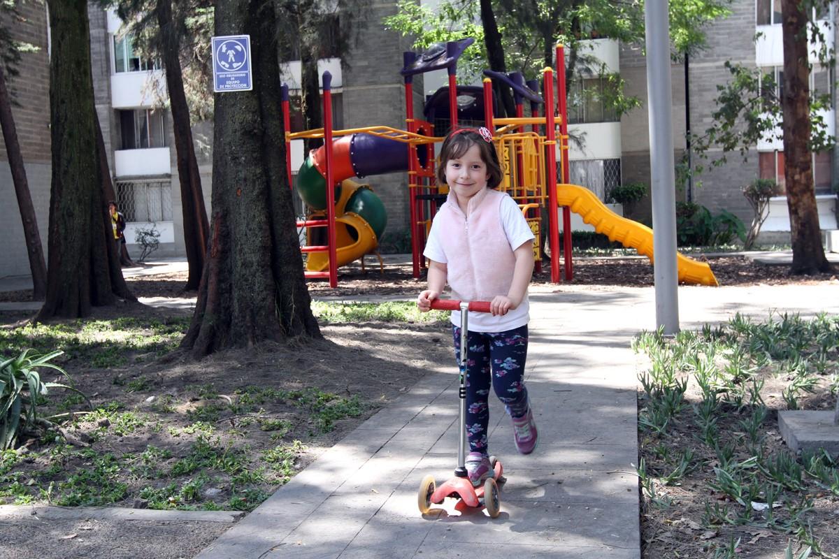 Niña jugando con su patín del diablo en una de los espacios públicos en los que ha intervenido la SEDATU