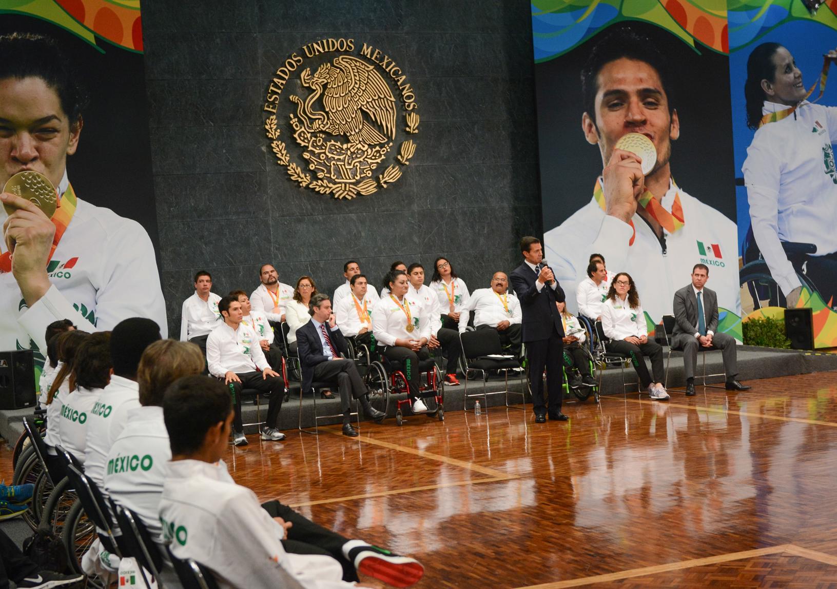 El Primer Mandatario dialogó de manera informal con los medallistas paralímpicos y el resto de la delegación mexicana que participaron en Río de Janeiro 2016.