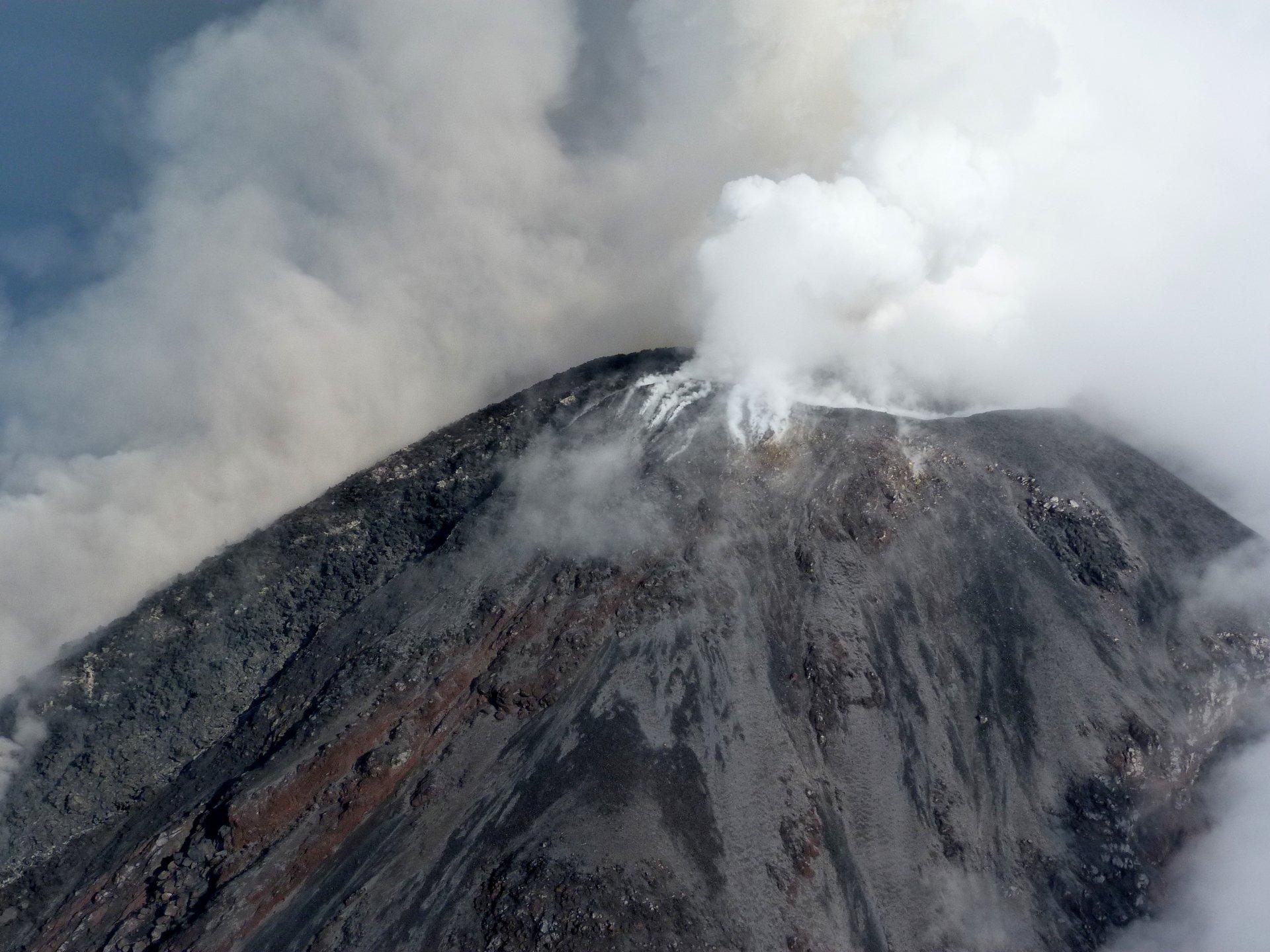 Imagen del cráter del Volcán de Colima.