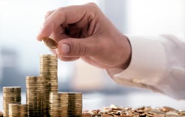 Una persona acomoda monedas