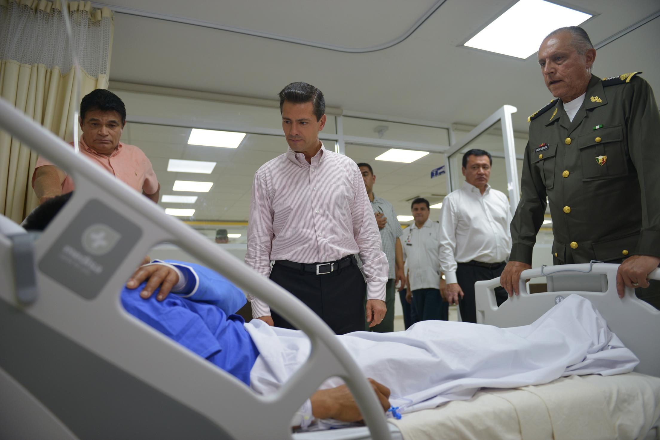 El Primer Mandatario recorrió las áreas de recuperación, terapia psicológica y terapia intensiva del Hospital, en donde se encuentran los soldados que resultaron lesionados.
