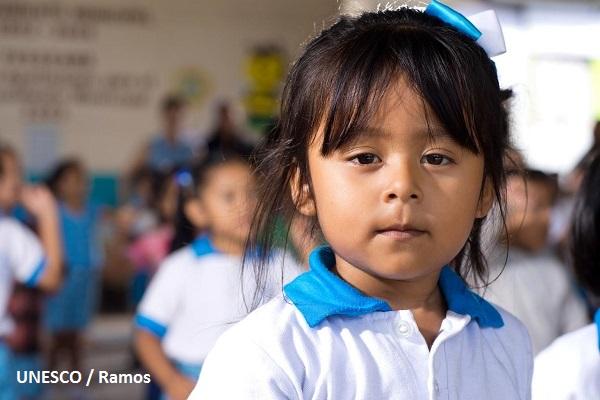 Niña en su salón de clases, en el estado de Chiapas.