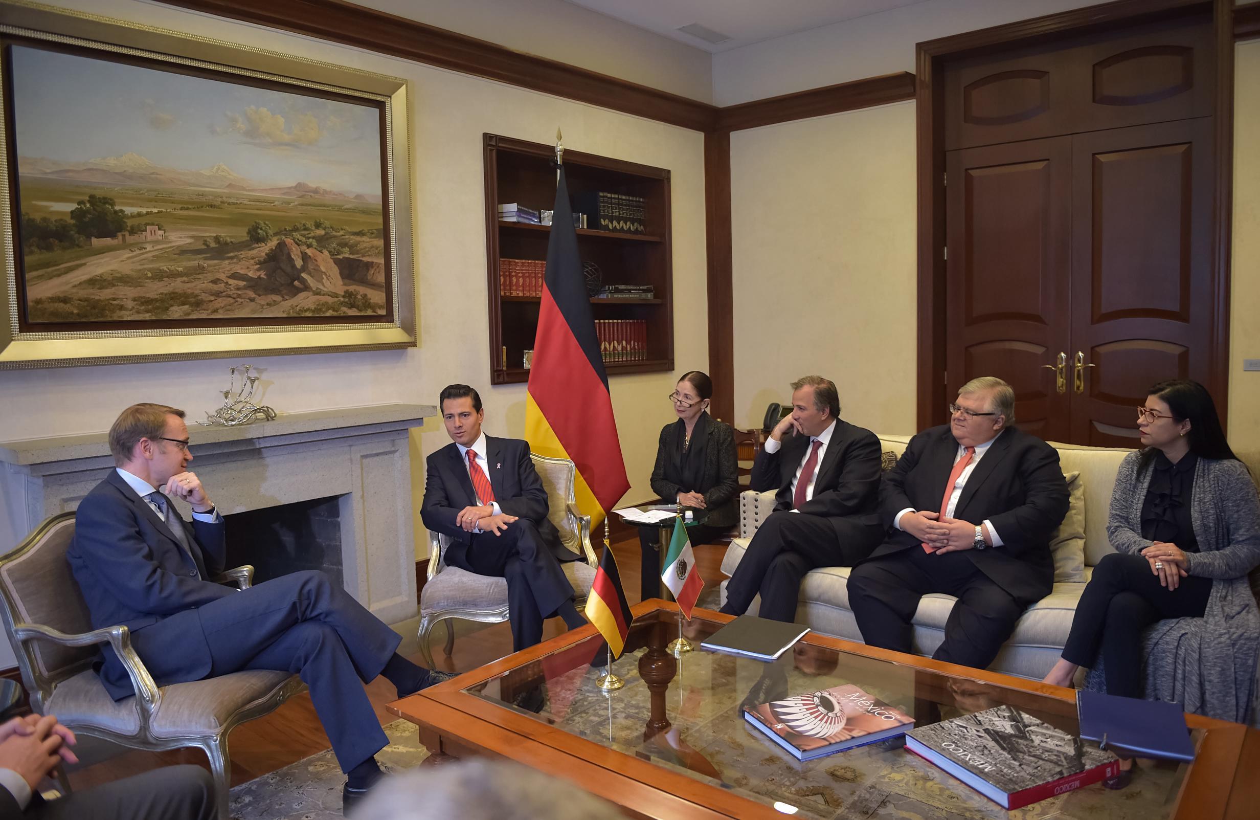 Estuvieron presentes el Secretario de Hacienda y Crédito Público, José Antonio Meade Kuribreña, y el Gobernador del Banco de México, Agustín Carstens.